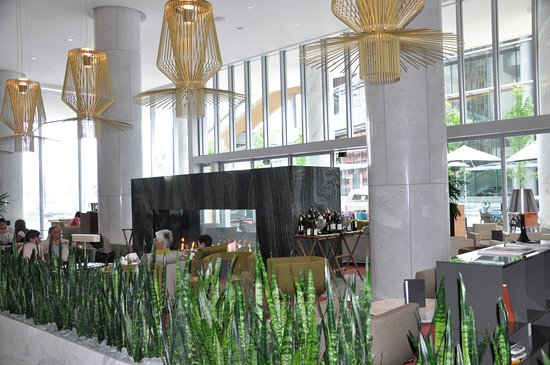 Fairmont Pacific Rim: Main lobby and lobby bar