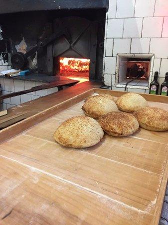 Casa Garabed Esfihas Especiais: Pão especial da Casa Garabe, assado no forno à lenha várias vezes ao dia !