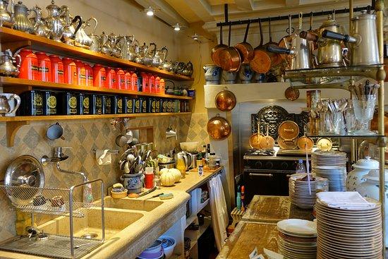 La Perriere, France: La cuisine, en chemin vers le restaurant
