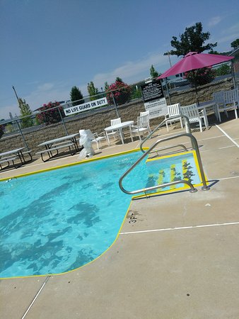 Eureka, MO: The pool area is so cute. It is much needed on this HOTTTTTT day! 😊