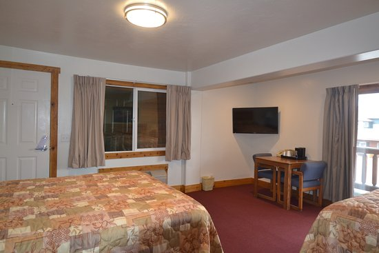Yellowstone Country Inn: flat screen tv