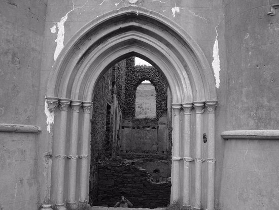 Clifden Castle : arched doorway