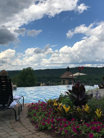 Hamburg, NJ: infinity pool