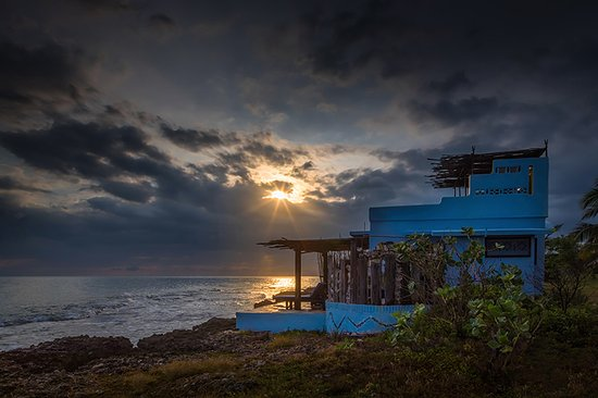 Treasure Beach, Jamaika: Looking at the sunset on the deck of our ocean front room