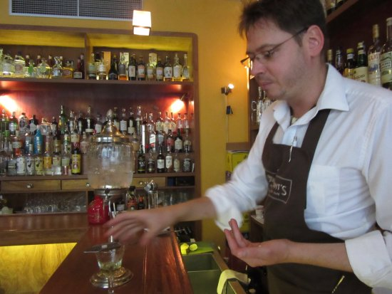 Prague Food Tour: Our expert bartender at the Prague Bonvivant Bar