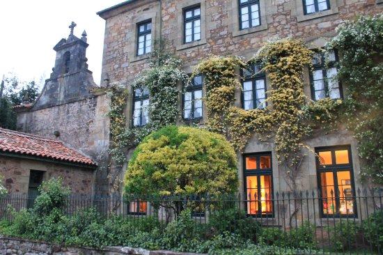 Hotel Casona El Arral: Fachada principal. Al anochecer.