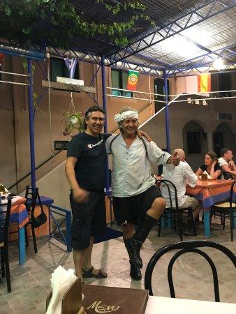 Αρχάγγελος, Ελλάδα: Gezelligheid. Na het heerlijke eten kwam de Lokale zanger langs en zong wat liedjes. Nikos Papas