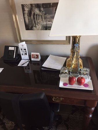 Magnolia Hotel And Spa: Hotel Desk w/amenity
