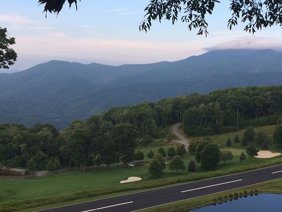 Burnsville, NC: Pic off the main deck overlooking the private runway and the Smoky Blue Ridge Mountains