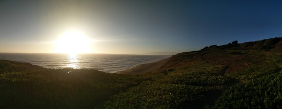 Daly City, Калифорния: A relaxing walk through after 7pm on a July day.