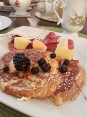 Bayfield, Canada : French toast and fresh fruit