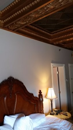The Sayre Mansion Inn: room 20 coiffured ceiling ( too low )