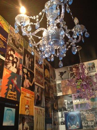 باري, كندا: Funky chandelier.