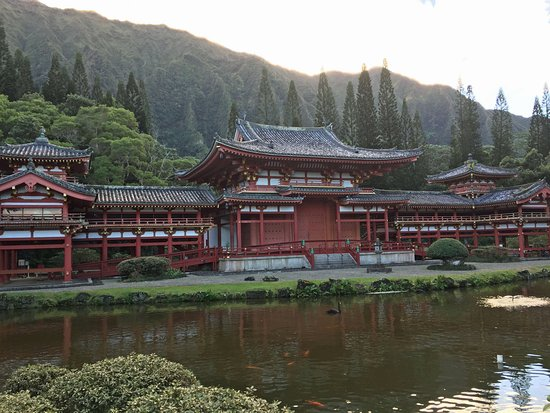 Byodo-In Temple: Byodi-In Temple nestled at base of mountains