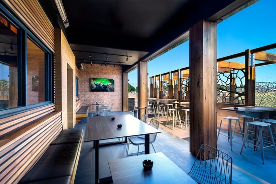 Taylors Lakes, Australië: Outdoor lounge in our sports bar perfect for all live sporting events and after work catch ups.