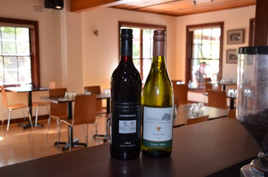 Kangaroo Valley, Australia: Enjoy a glass of local wines in a relaxed setting.