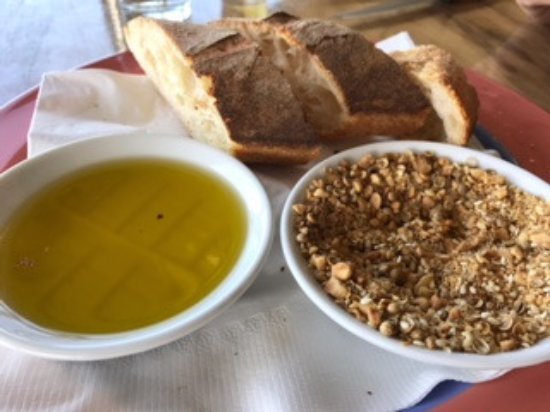 Kingaroy, ออสเตรเลีย: House made sourdough with oil and peanut dukkah