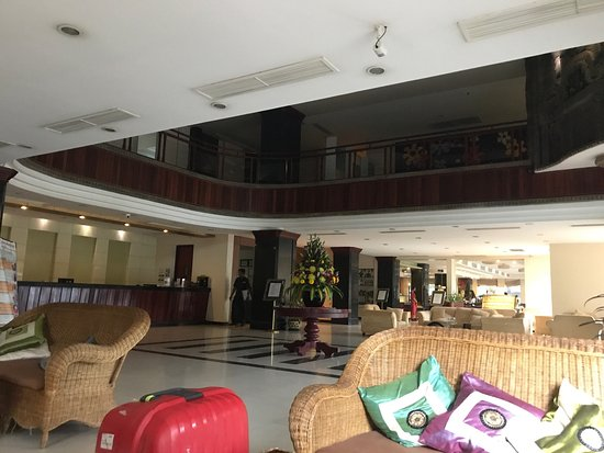 Angkor Riviera Hotel: Overall the hotel is clean and tidy. The room is ok. Our room was facing the river which allow t