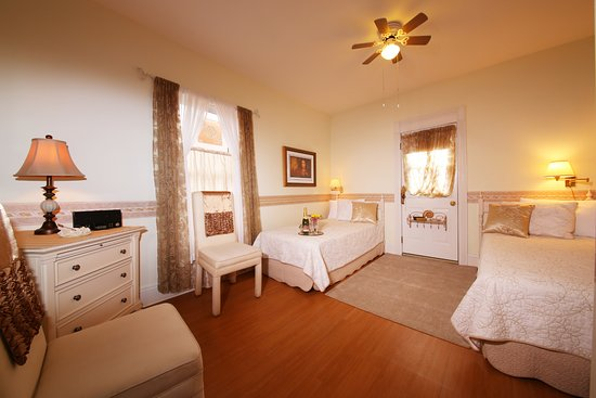 Mornington Rose Bed and Breakfast: The Ivory Rose Room with extra long twin beds and a roof garden!