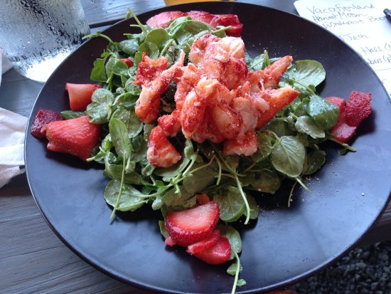 Brewer, Мэн: Strawberry Lobster Salad a sweet, savory treat
