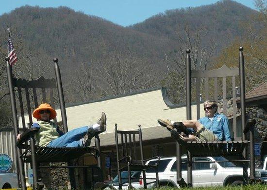 Black Mountain, Carolina del Norte: Edith Ann Doe and Friend Relax in Giant Rockers
