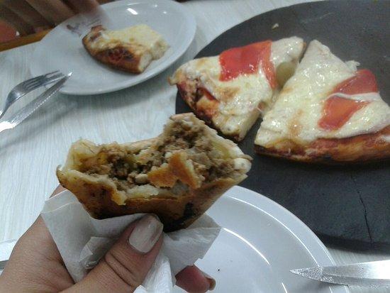 El Cuartito: empanada de carne, y pizza de jamon y morrones