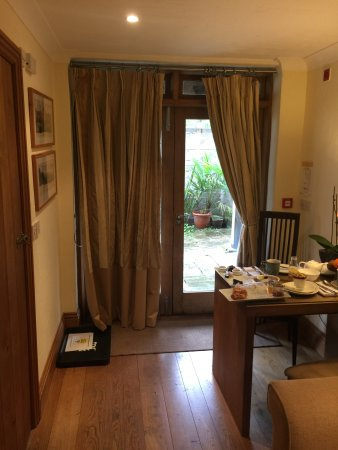 Abergele, UK: Lovely large french doors to the outside and table for eating or working