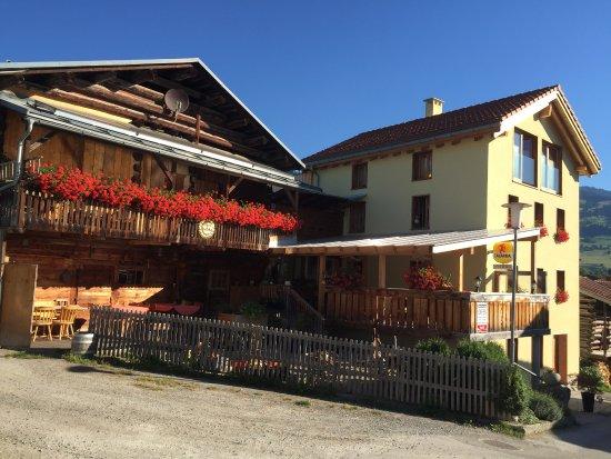 Waltensburg, Schweiz: Ausenansicht mit gedeckter Terasse.Auch bei schlechtem Wetter schön und gemütlich