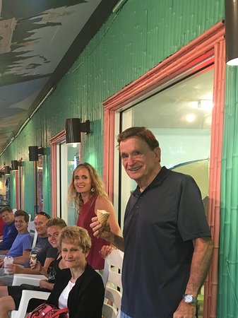 Ocean Isle Beach, NC: Beautiful night and satisfied customers at Build A Sundae
