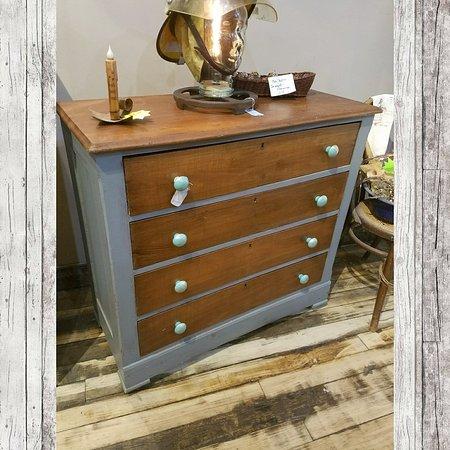 Staunton, فيرجينيا: 4 drawer dresser, stained & distressed dark grey. $224.99 #cherisheverymoment #upcycle #homedec