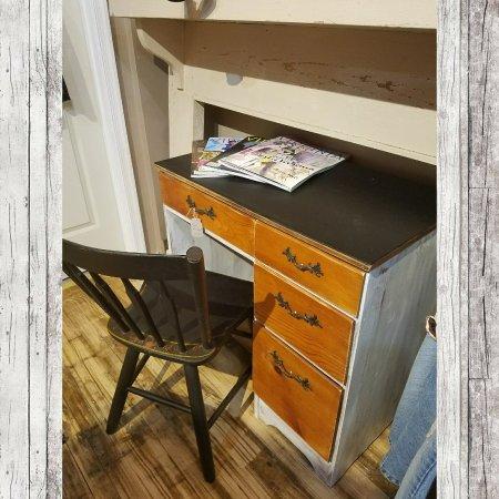 Staunton, فيرجينيا: White & stained desk with chalkboard top & chair. $149.99 #cherisheverymoment #upcycle #homedec