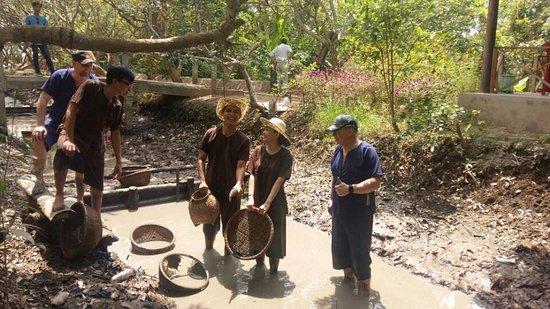 My Tho, Vietnam: Tác mương bắt cá cùng nông dân