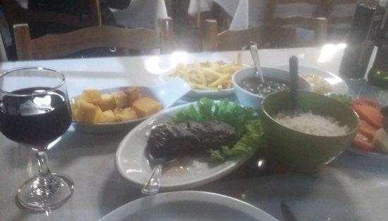 Veranopolis: Filé com polenta queijo salada fritas arroz e feijao