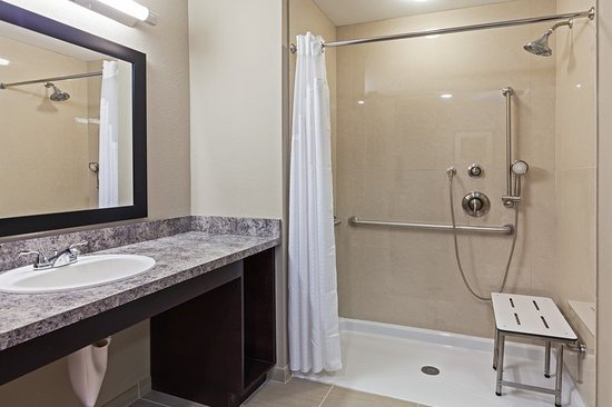 Glenpool, OK: 2 Queen ADA Roll-In Shower