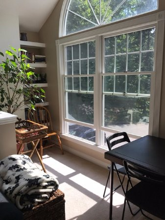 Suttons Bay, MI: Beautiful sun room with plenty of games, puzzles, books, TV and comfy seating!