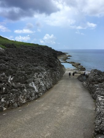 Minamidaito-son, Japan: 島に砂浜ビーチが無い南大東島では、小さな子供たちでも安全に、安心して泳げる所はそもそも無かった。 大人たちは知恵を絞り議論を重ねた結果、提示された案は「岩をくり抜いてプールを作ってしまおう」で
