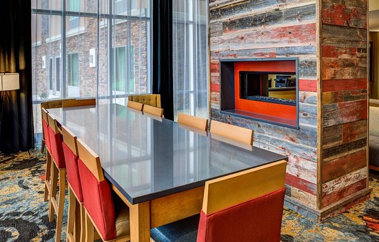 Δυτικό Fargo, Βόρεια Ντακότα: Lobby Area Fireplace