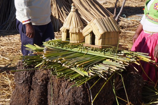 Ilhas de Uros: demonstration of island building