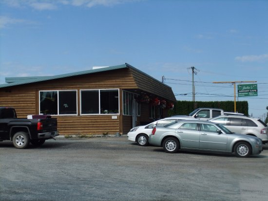 Powell River, Kanada: side of the building. Notice busy parking lot