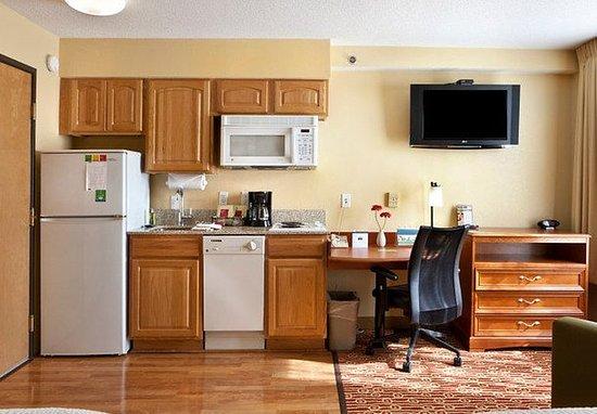 Newark, DE: Queen/Queen Studio Suite Kitchen