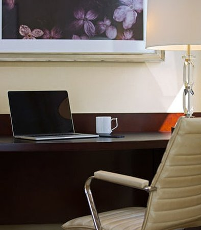 Peoria, IL: Guest Room Work Desk