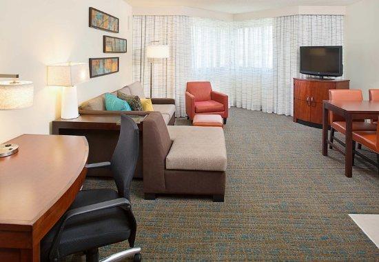 White Plains, نيويورك: One-Bedroom Suite - Living Area