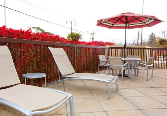 Monroeville, PA: Outdoor Patio – Lounge Chairs