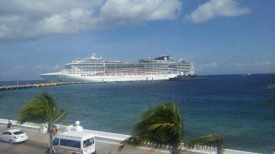 Vista del Mar Boutique Hotel: Crucero visto desde el balcón de la habitación.