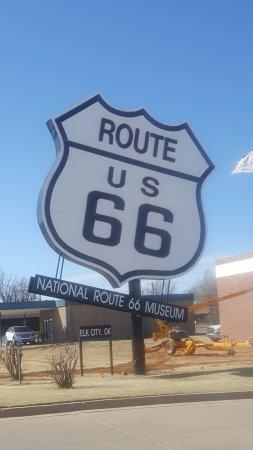เอลก์ซิตี, โอคลาโฮมา: Biggest Rout 66 sign in the world.