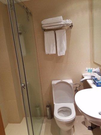 Plaka Hotel: Small but clean bathroom