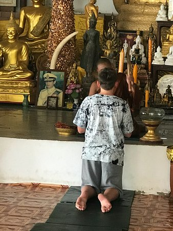 Chalong, Tailândia: Monk providing a blessing