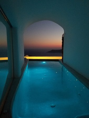 Iliovasilema Suites: My in room pool after sunset. Spectacular!!