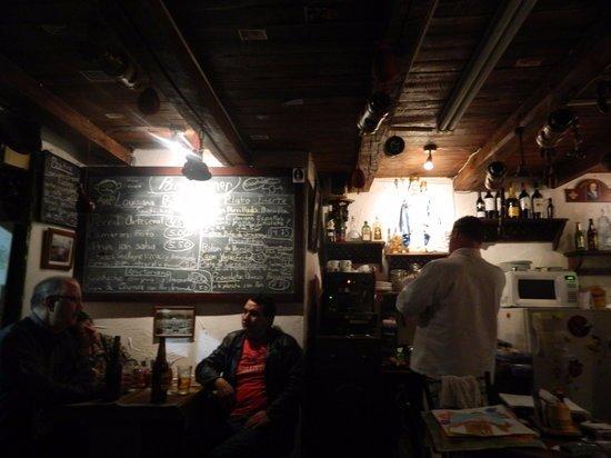 Cafe Dios No Muere: Sus licores y puros son lo mejor
