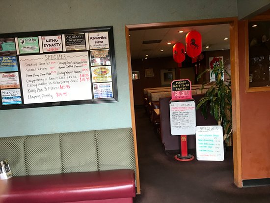 Everett, WA: Foyer at front of restaurant, specials on the board on the left